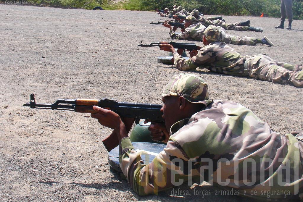 A espingarda AK-47 continua ser a espingarda automática mais usada em Cabo Verde, embora também disponham da G-3.