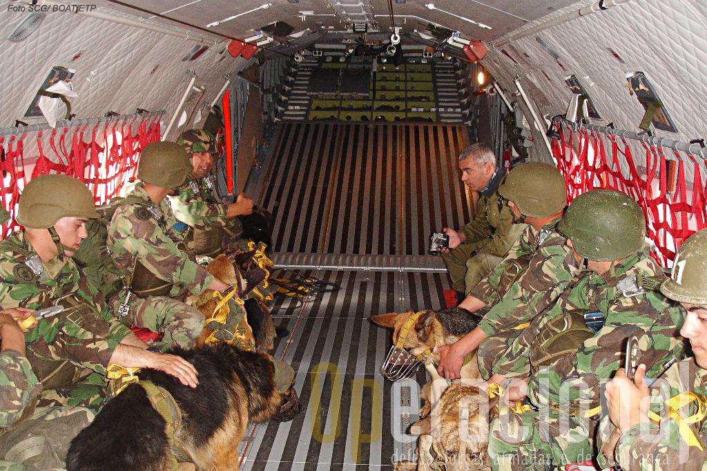 Interior do C-295M, ao fundo a rampa por onde se efectuou o salto.