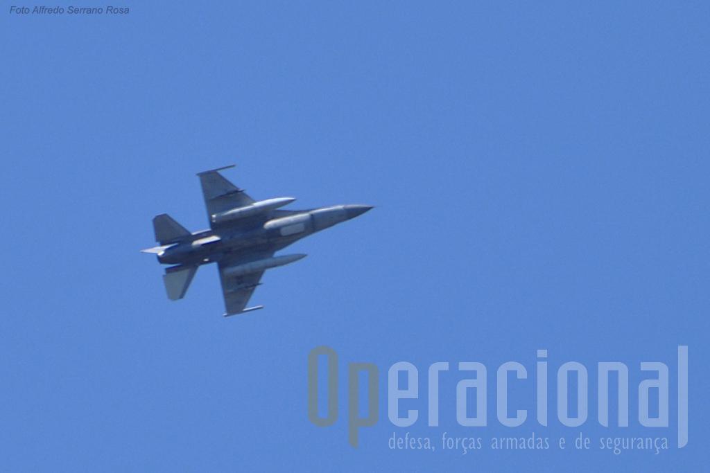O apoio aéreo dos F-16 ambém foi treinado. Aqui uma passagem bem alta quase fora do alcance...da objectiva do fotógrafo!