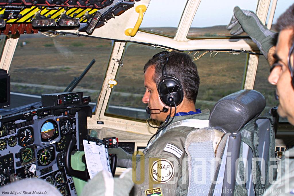 """O """"Bisonte"""" a segundos de descolar da pista da Ilha de Maio. Aos comandos o Tenente-Coronel PILAV Catarrinho, então comandante desta missão e da Esquadra 501."""