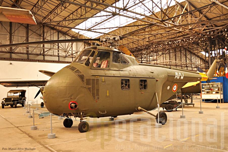 O Sikorsky S 55 (H19), um dos 66 que serviram na ALAT, nomeadamente na Indochina e Argélia. Podia transportar 6 a 8 militares e estiveram na origem das primeiras operações helitransportadas da história.