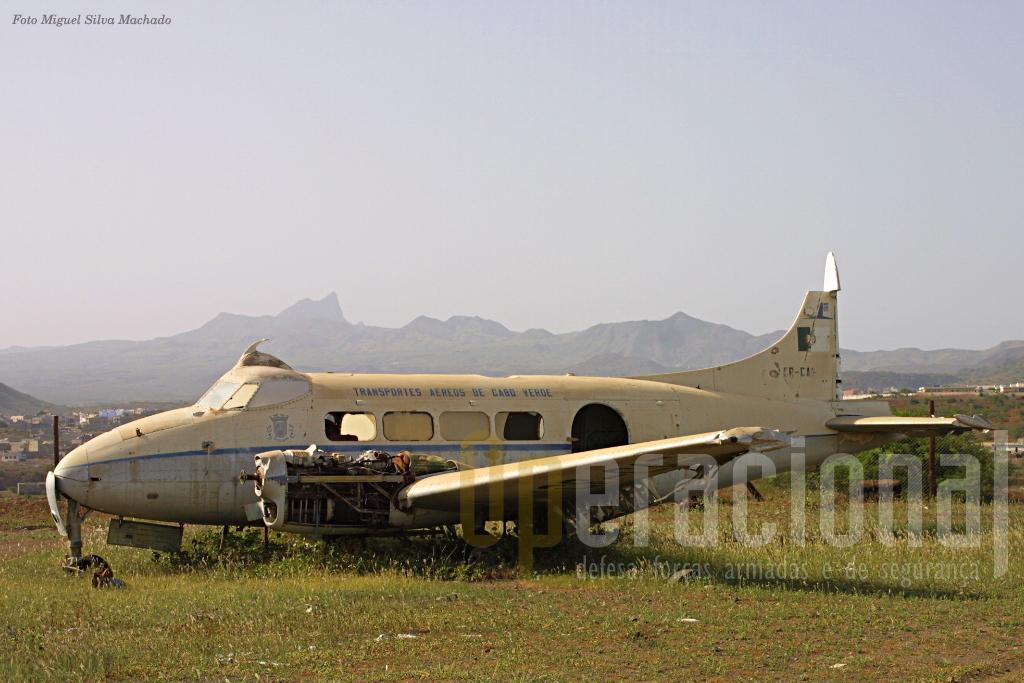"""Junto à aerogare do velho aeroporto da cidade da Praia em 2004 ainda se víam """"despojos"""" dos tempos coloniais e..."""