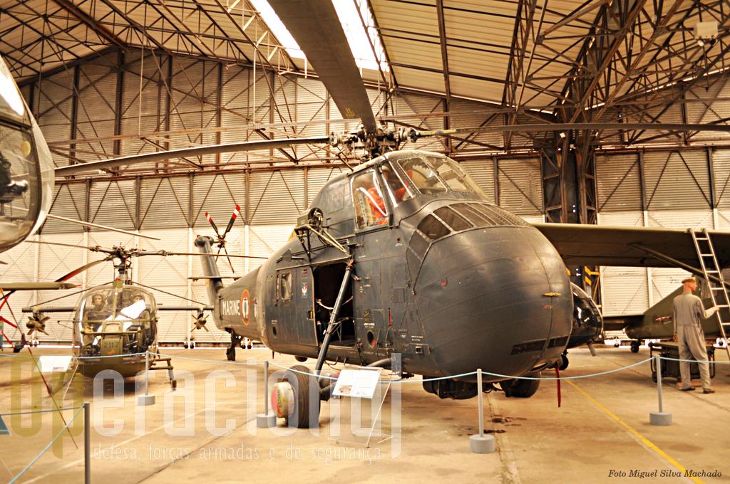 O H SS 1, Sikorsky construído em França pela Sud Aviation, destinou-se à busca e salvamento no mar e à luta anti-submarina. Este foi uma oferta da Marinha Francesa ao museu para relembrar que todos os pilotos da Marinha, depois de 1964, foram formados em Dax na EALAT.
