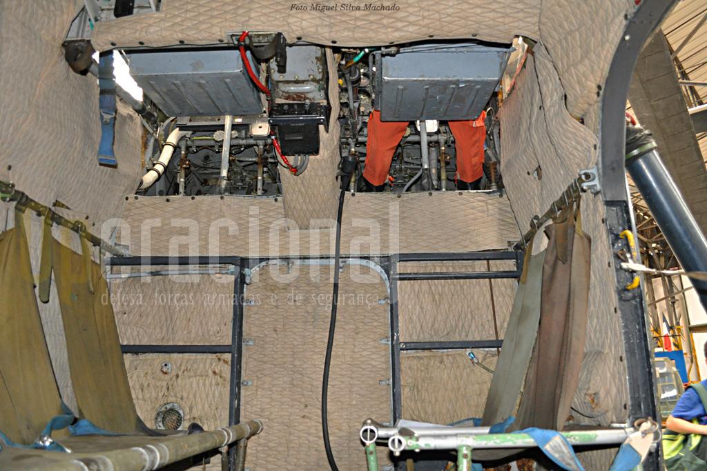 O S 55 podia transportar aqui 6 a 8 passageiros. Note-se a curiosidade deste helicóptero do posto de pilotagem ser bem acima deste compartimento de transporte.