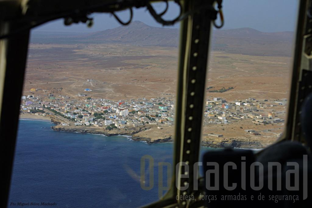 """Vila de Maio, localidade mais importante da Ilha de Maio. O """"C"""" fez uma passagem """"à vertical"""" da pista da ilha e prepara a aterragem."""