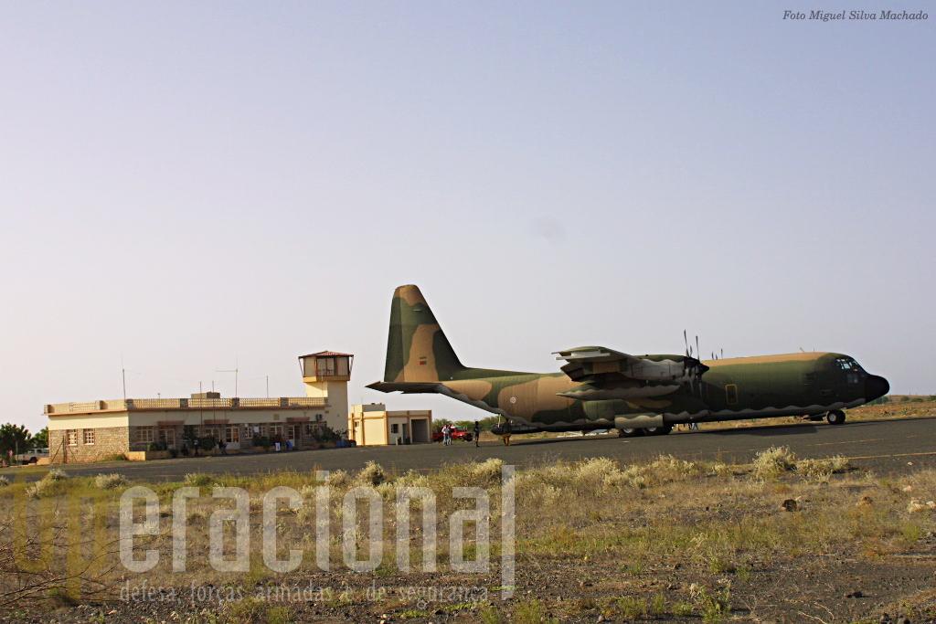 """O edifício da aerogare de Maio junto ao qual será carregado o avião """"sulfatador""""."""