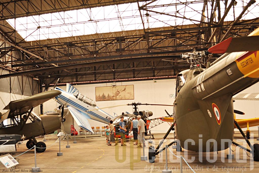 O S 55 à direita, ao fundo os visitante apreciam um ALouette II, à esquerda ao fundo avião Nord 3202 de fabrico francês que equipou a ALAT em número de 12 exemplares.