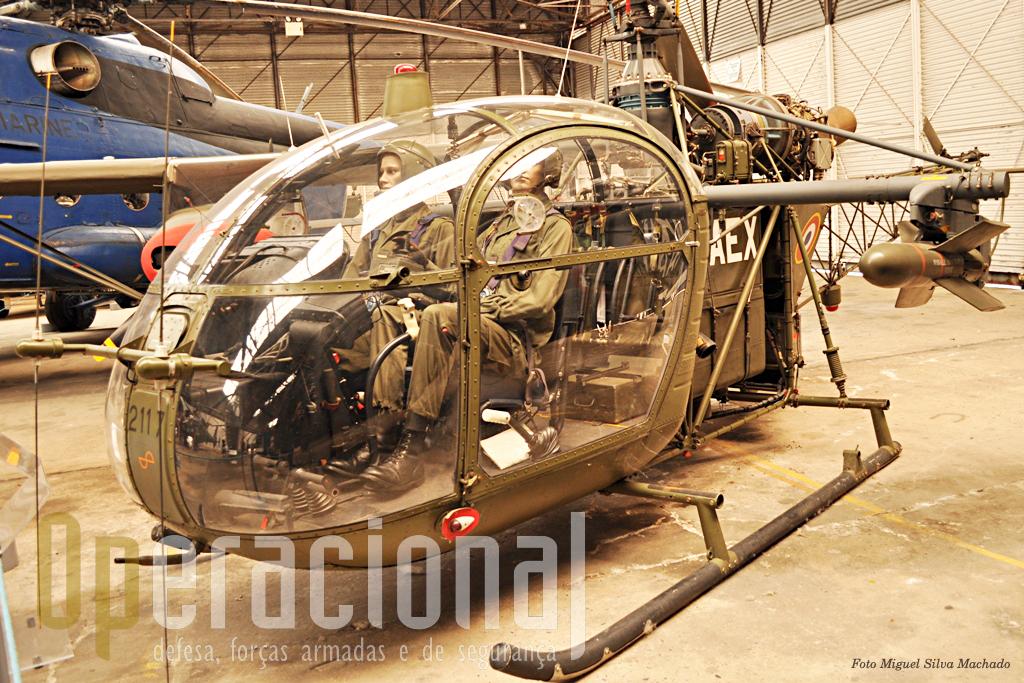 O SA 318 Alouette II Astazou, equipado com misseis anti-carro SS11. A ALAT operou entre 1957 e 1997, 220 destes AL II em várias versões. Terminou a carreira em Dax em missões de instrução.