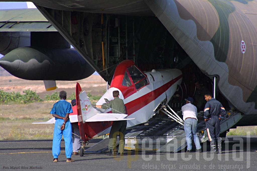 Pilotos marroquinos e tripulantes portugueses colocam, delicadamente, a precisosa carga no interior do C-130.