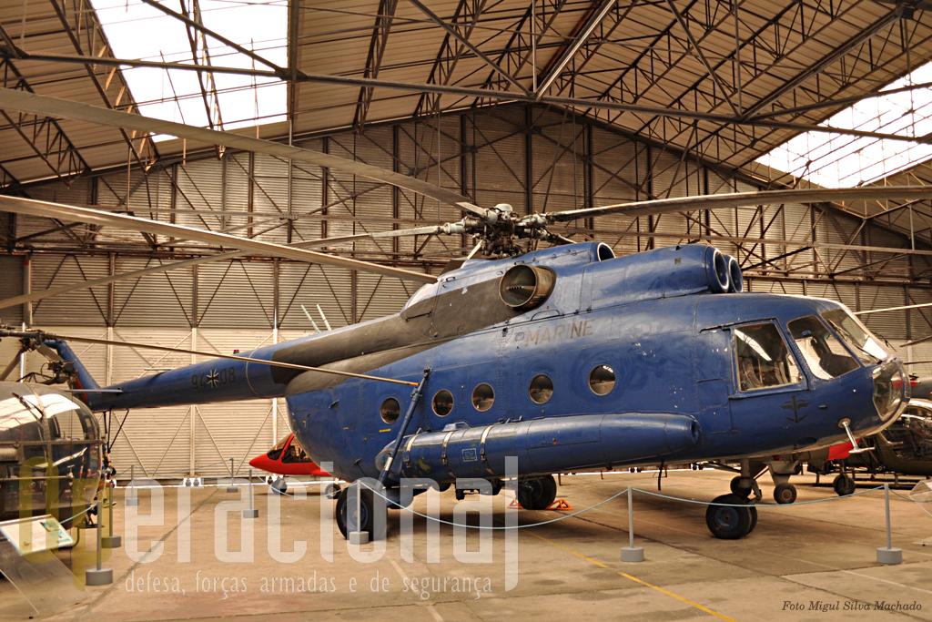 """Este Mil MI 8, originalmente um aparelho construído na antiga URSS, foi uma oferta da Alemanha ao museu e provinha da Marinha da antiga Republica Democrática Alemã. o """"Hip"""" (nome de código NATO) foi construído em mais de 10.000 exemplares e vendido a mais de 39 países."""