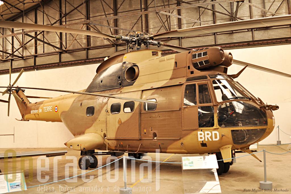 SA 330 Puma bem conhecido da Força Aérea portuguesa onde ainda opera (nos Açores). A ALAT recebeu 108 destes aparelhos que podem transportar 16 a 20 passageiros. Muitos, em várias versões, ainda estão ao serviço em França e um pouco por todo o mundo.