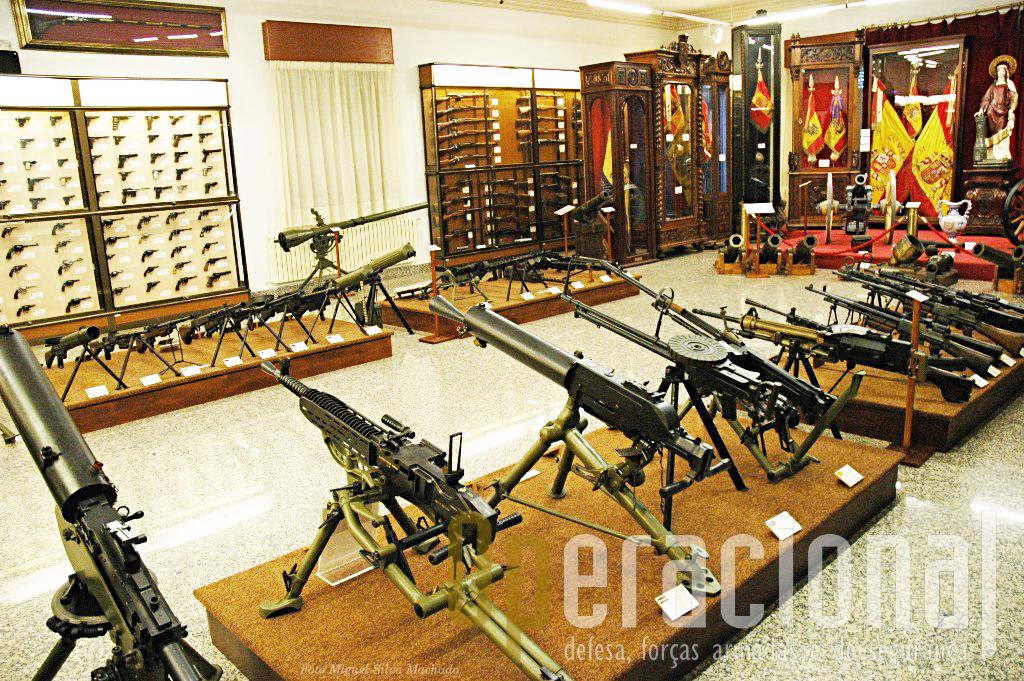 ...mas tembém muitos outros elementos, nomeadamente uma enorme colecção de armamento...