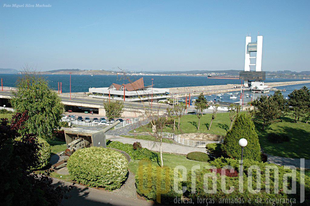 No jardim do Museu uma peça Vickers de 152mm está apontada ao moderno centro de controlo do tráfego marítimo como que a recordar os tempos em que defendia o porto.