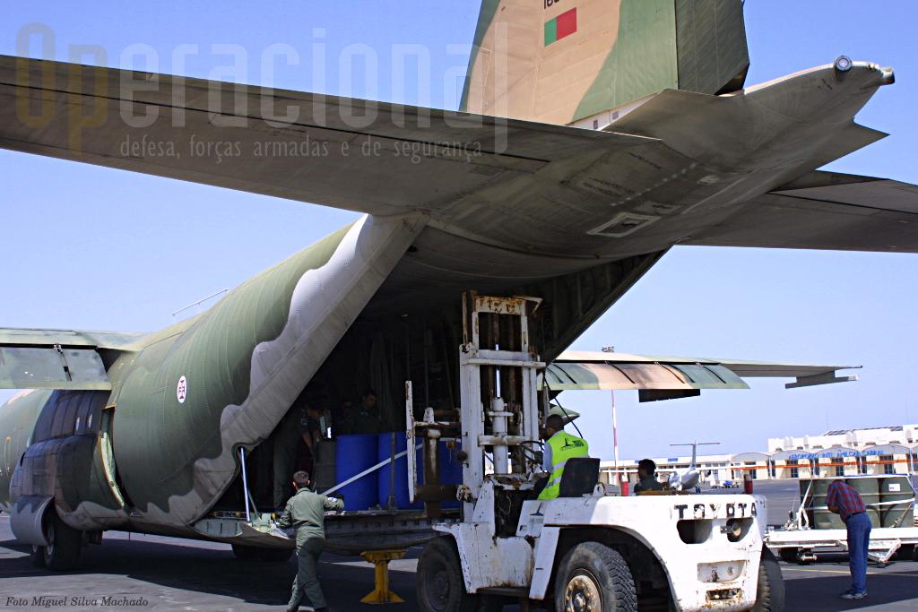 """Primeira tarefa no aeroporto internacional """"Amilcal Cabral"""" no Sal: descarregar todo o material dos militares Exército que se regressavam de Angola do exercicio """"Felino 2004"""". Este ía ser um dia bem longo para a tripulação do """"C""""."""