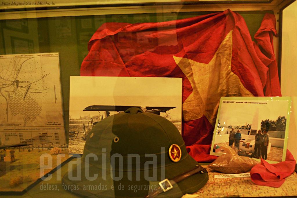 Umas das vitrinas dedicadas à Indochina inclui um saco com terra de Dien Bien Phu. Esta batalha perdida pelos franceses tornou-se numa dos maiores simbolos da sua história militar para demonstrar a capacidade de sacrificio e o heroismo dos seus militares.