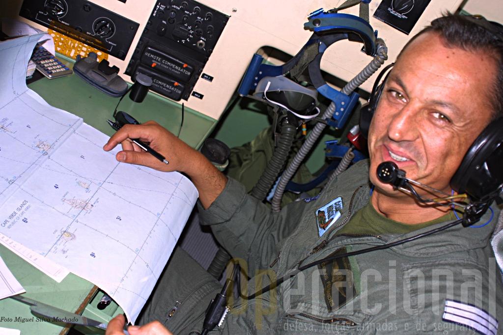 """O Capitão Carlos Fernandes, navegador para esta missão no seu """"compartimento"""" da cabine do C-130."""
