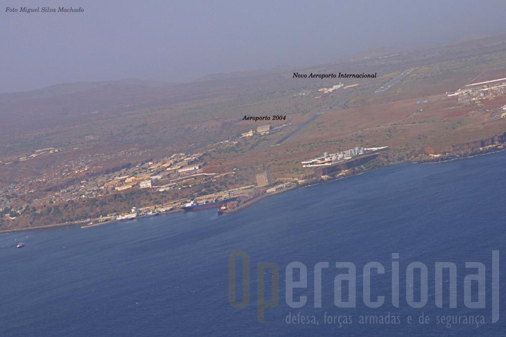 """Em 2004 o novo aeroporto internacional da Praia (ao fundo, à direita) estava construído mas ainda não funcionava. O """"C"""" utilizou o Aeroporto """"Francisco Mendes"""", à esquerda na imagem."""