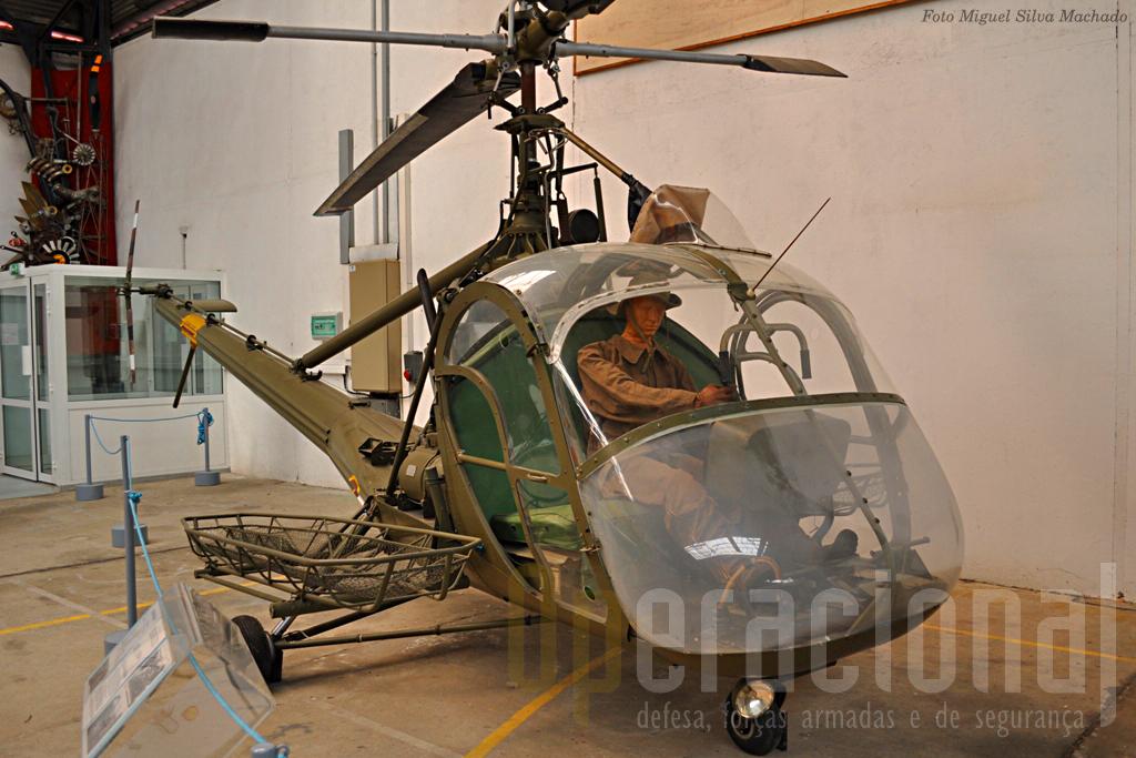 O Hiller 360 de fabrico americano que foi um dos dois primeiros helicópteros que serviram operacionalmente na Indochina. Em França estes aparelhos estão muito ligados à pessoa da general médica e piloto, Valérie André, que cumpriu 129 missões de evacuação em combate na Indochina.
