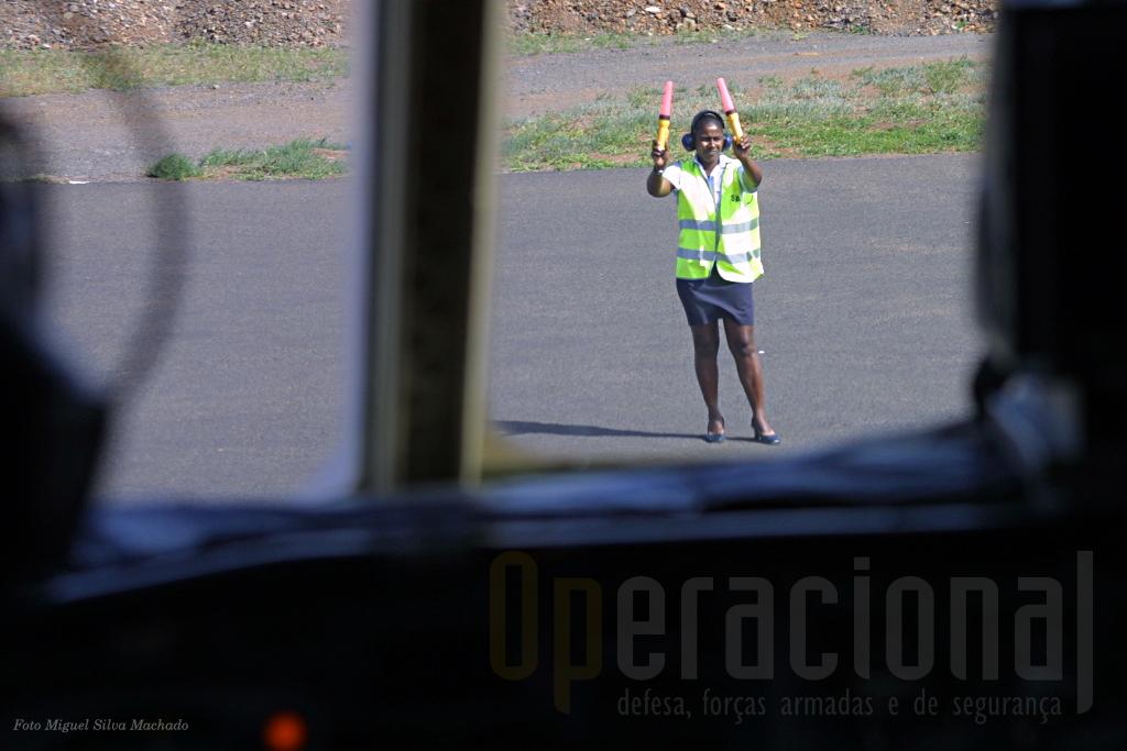 """Uma sinaleiro dos TACV conduz o """"C"""" na placa. Em Cabo Verde a mulher está presente em todas as actividades da sociedade."""