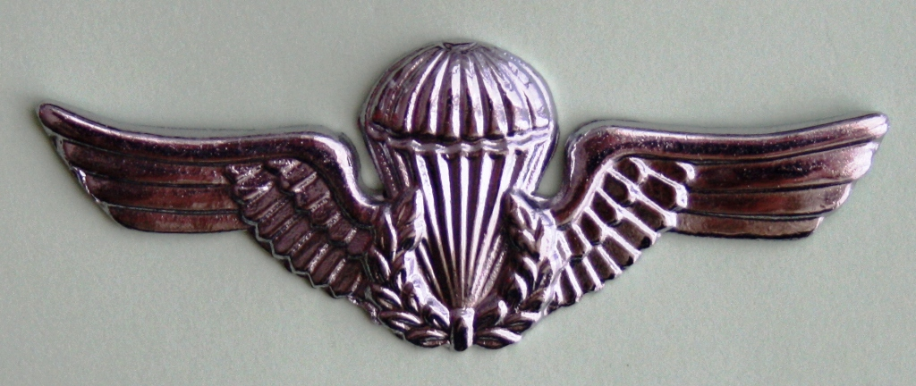 Distintivo de qualificação pára-quedista do Exército Brasileiro. Em uso corrente. (Col. do Autor)