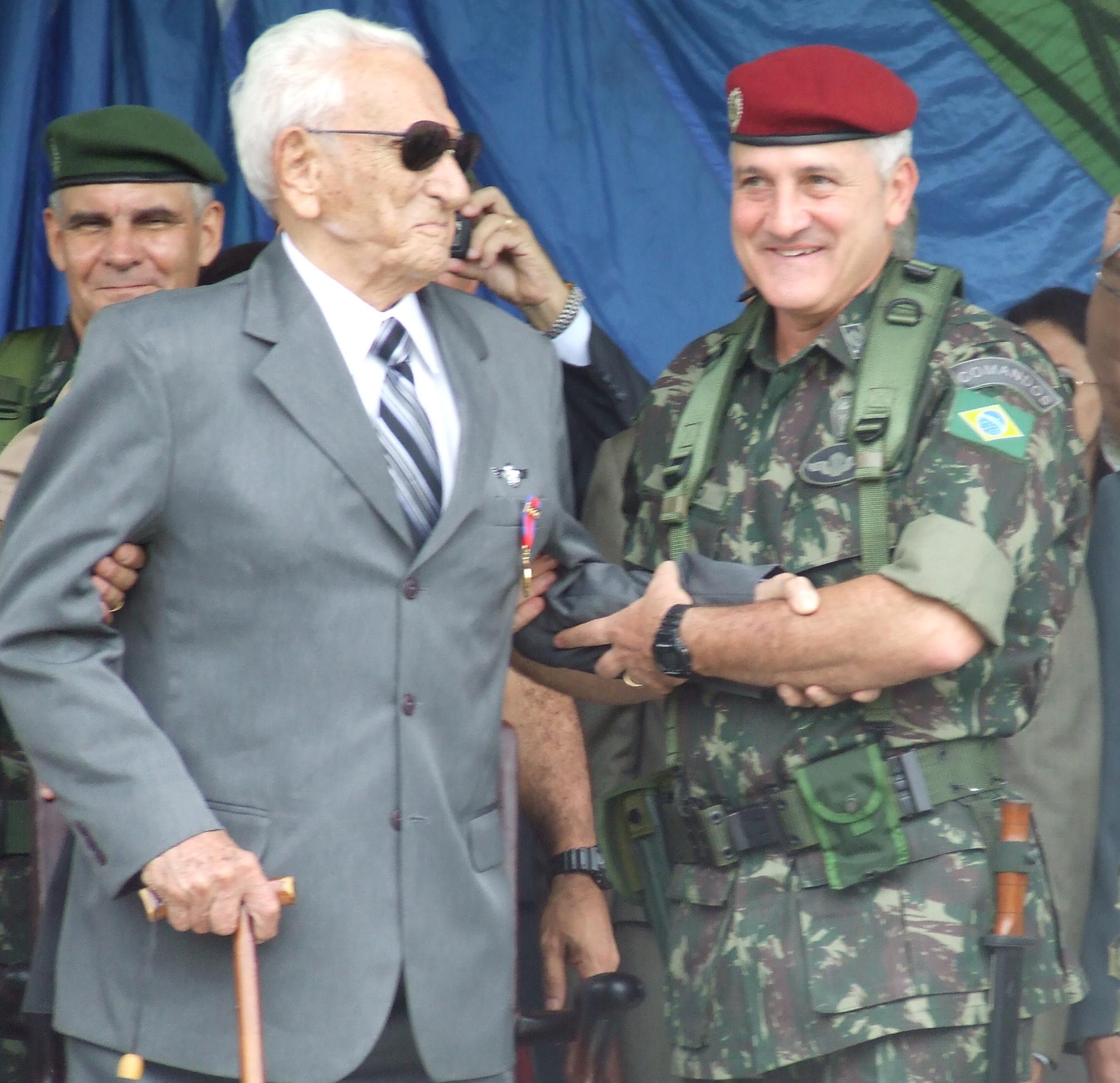 Rio de Janeiro, 2010: apesar dos seus 100 anos de idade, o General Pára-quedista ROBERTO DE PESSÔA (trajando à civil), ainda participa nos principais eventos da Brigada de Infantaria Pára-quedista. (Foto cedida pela Bda Inf Pqdt)