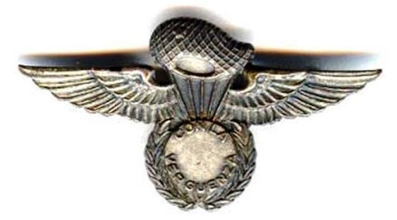Distintivo de qualificação pára-quedista da Organização Paramilitar «COMANDOS MAMBISES». Versão original em metal. (Foto de Arquivo/Col. do Autor)