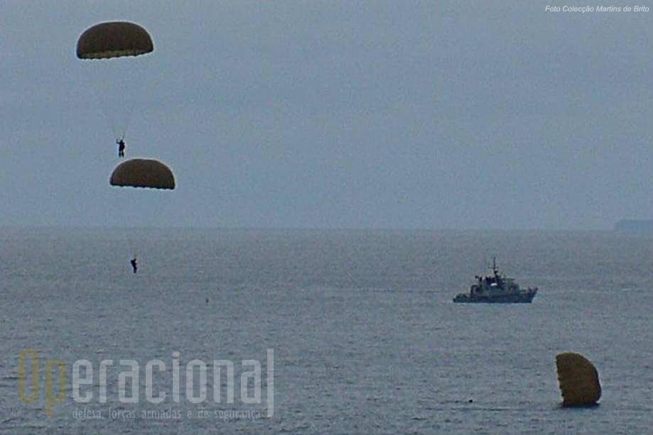 Militares do DAE efectuam um salto automático para o Oceano nas p