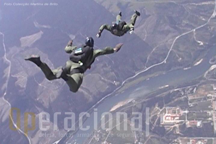 Salto de treino em queda-livre na região de Tancos por elemento do DAE no decurso do curso de Saltador Operacional a Grande Altiude (SOGA)