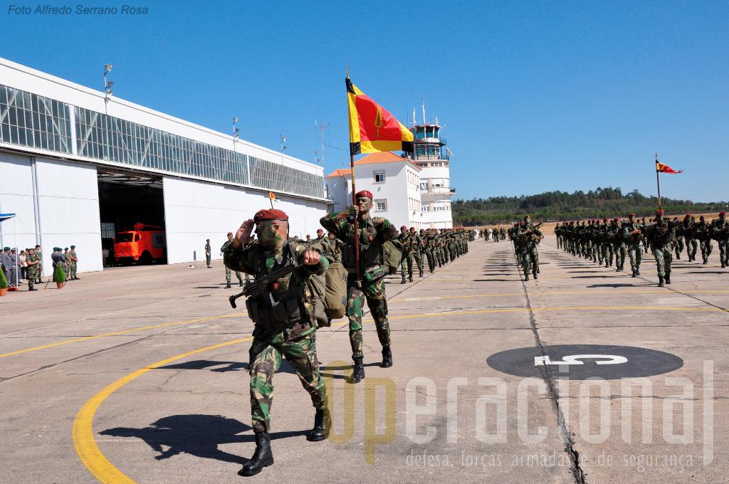 """O Batalhão de Comandos desfila em continência """"com a arma cruzada"""", uma tradição emblemática dos comandos que se mantém."""