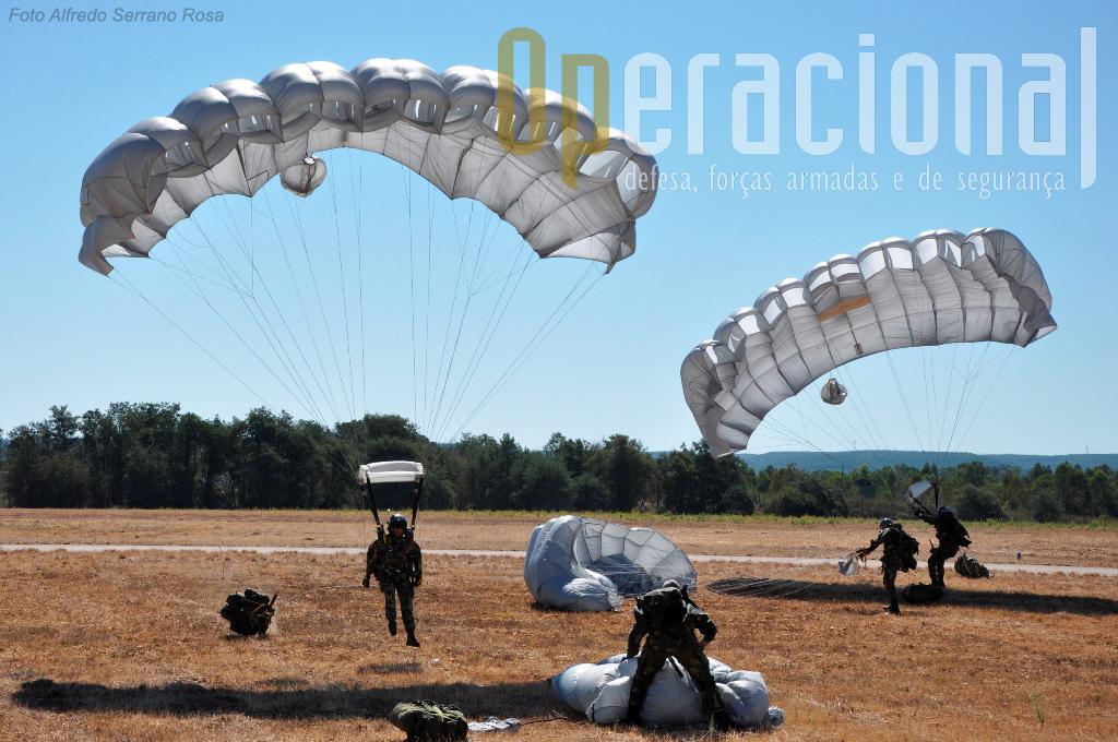 O Destacamento ALFA do Batalhão de Operações Aeroterrestres da Escola de Tropas Pára-quedistas, efectuou um salto de demonstração com pára-quedas SOV3.