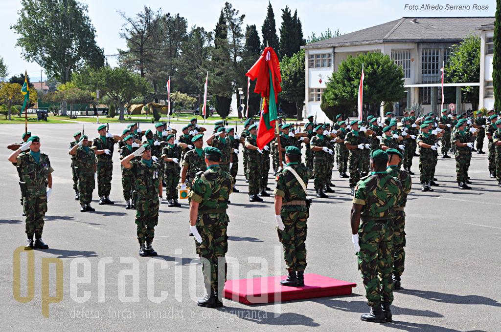 Este Estandarte Nacional já acompanhou o 1ºBIPara por Timor, Bósnia, Kosovo, Afeganistão e foi condecorado pelo Presidente da República em 2009 com a Medalha de Ouro de Serviços Distintos