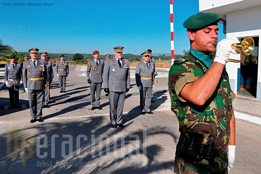 Toque de sentido à Unidade. O Chefe do Estado-Maior do Exército é recebido na Brigada de Reacção Rápida pelo Comandante das Forças Terrestres e pelo Comandante da Brigada.