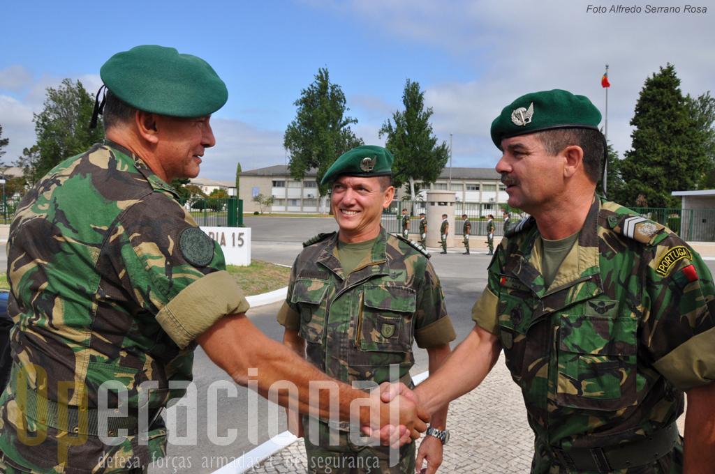 O MGen Raúl Cunha cumprimenta o Sargento-Mor Farinha na presença do Comandante do RI 15, Coronel Fonseca