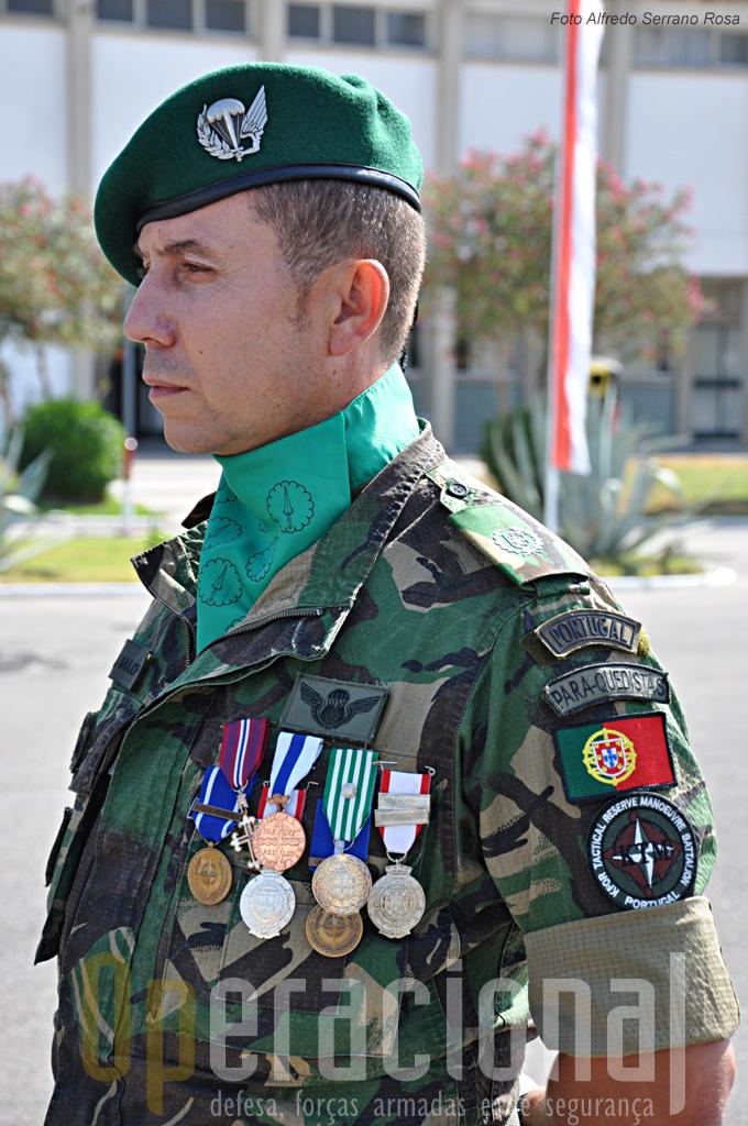 O Sargento-Ajudante Major, é um bom exemplo - juntamente com muitos outros - da experiência em missões internacionais que muitos quadros das Forças Armadas Portuguesas têm hoje.