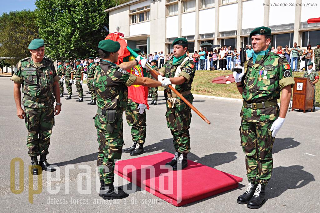 Depois de receber o Estandarte Nacional das mãos do comandante da BrigRR, o TCor Paulo Abreu procede à sua entrega ao Porta-Estandarte do 1ºBIPara