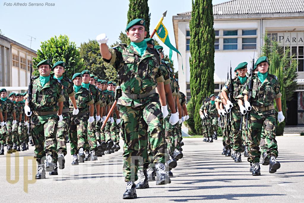 """A Companhia """"BRAVO"""" sob o comando do Capitão Carvalho é integralmente composta por militares pára-quedistas."""
