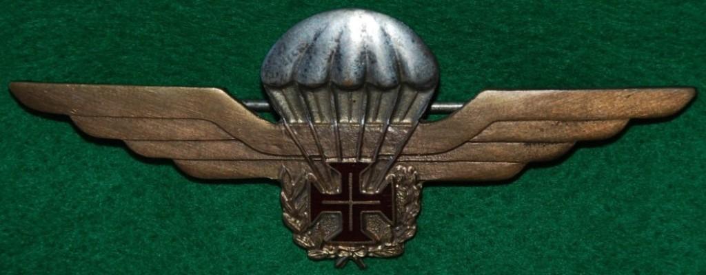 O primeiro distintivo de pára-quedista militar honorário português (nº 303) foi outorgado ao General ROBERTO DE PESSÔA. (Col. António E.S. Carmo)