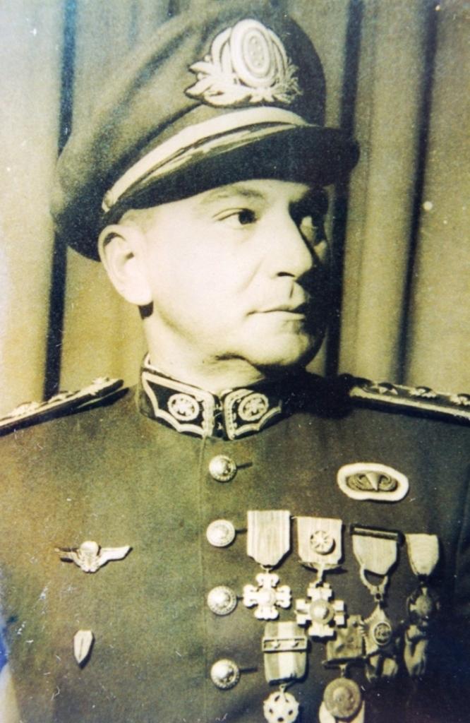 ROBERTO DE PESSÔA: general, pára-quedista nº1 e introdutor do pára-quedismo militar no Brasil. (Foto General Roberto De Pessôa via autor/1992)