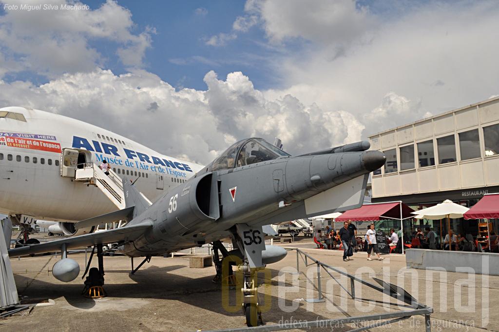 """Aviação militar (Dassault Etendard IVM), civil (Boeing 747-128) e espaço de lazer (aqui o restaurante e cafetaria """"l'Hélice"""") são motivos para uma demorada visita a Le Bourget."""