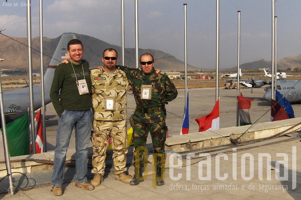 O autor (à civil) no Aeroporto Internacional de Cabul, com outros militares portugueses em serviço naquelas paragens: os capitães Martins (Força Aérea) e Rodrigues (Exército).