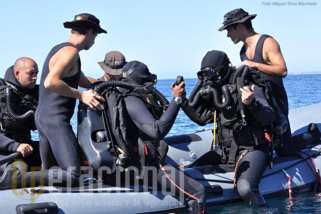 """Dois mergulhadores procedem às útlimas verificações, um permancerá equipado no """"Zebro"""" para agir em caso de emergência."""