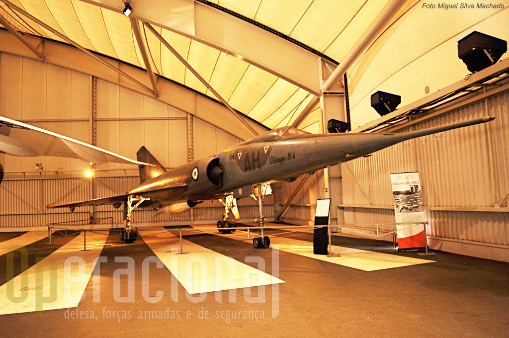 """Mirage IV A com a sua arma atómica, """"pronto"""" para um voo estratégico!"""