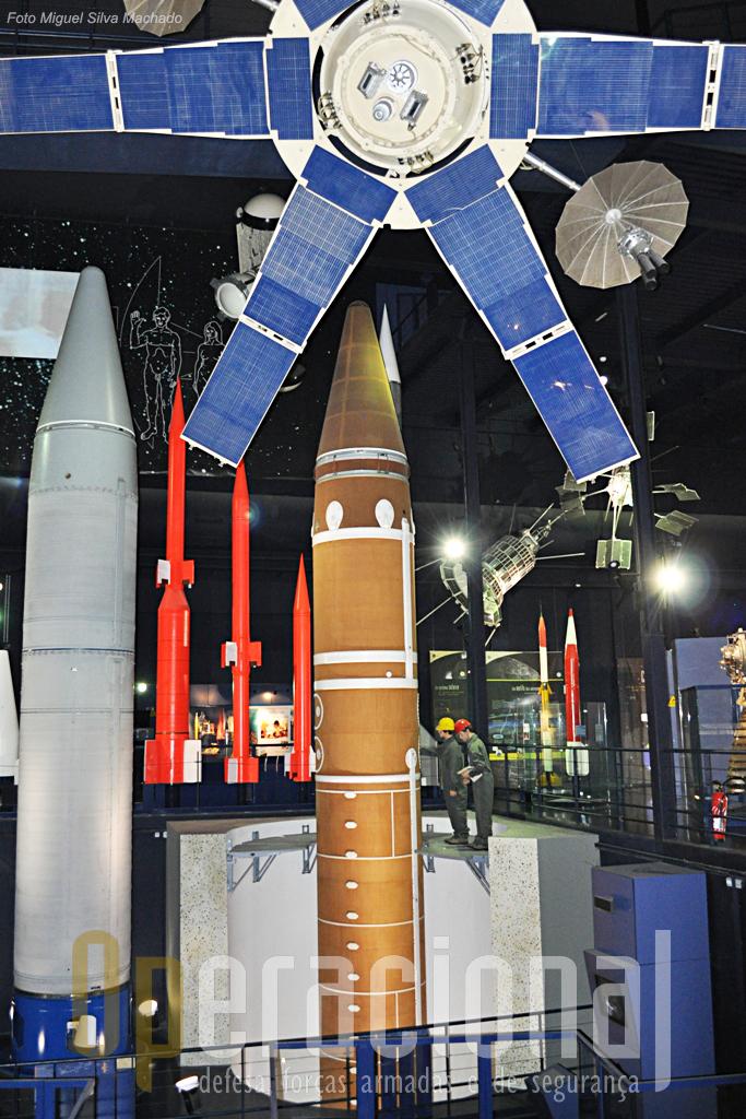 Silo de um SSBS S3 (ao centro) e va´rios outrso foguetes e misseis de fabrico francês. Esta ala domuseu apresenta aínda uma quantidade enorme dos mais diversos tipos de satélites militares e civis.