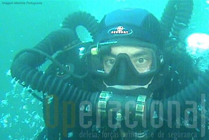 No inteior dos óculos o equipamento dispõe de uma luz verde que indica ao mergulhador a qualidade da mistura que respira. Se passar a vermelho...algo está mal e terá que vir à superficie.