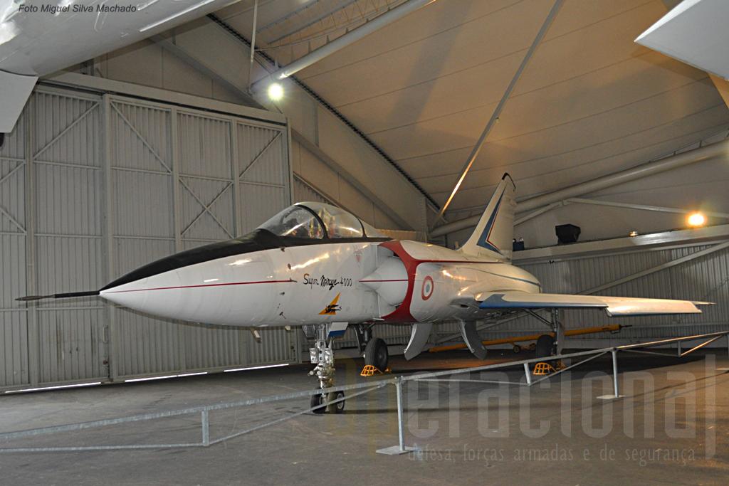 O Dassault Super Mirage 4000 voou entre 1979 e 1988, mas a falta de clientes internacionais ditou o fim deste projecto.