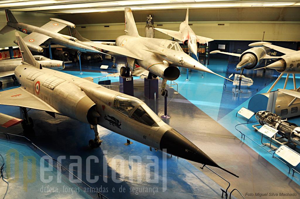 Aqui está uma sala bem curiosa. Da esquerda na frente, Dassault Mirage III V-01 (descolagem vertical), Nord-Aviation Nord 1500-02 Griffon II (enorme entrada de ar), Leduc 022 (cápsula plástica no chão), turboreactor voador com piloto; Leduc 010 (apenas visivel a parte frontal), voou lançado a partir de um avião a hélice.
