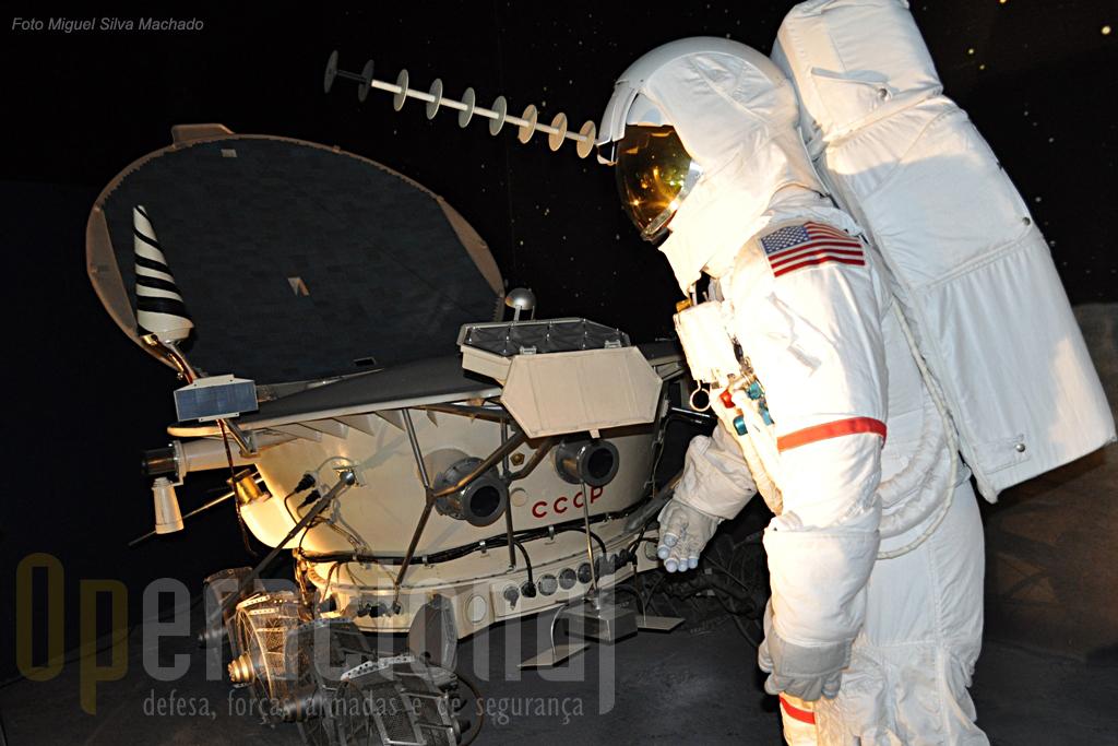 Veículos e fatos espaciais de origem soviética e americana, bem assim como muitos objectos usados nestas viagens, são apresentados neste espaço.