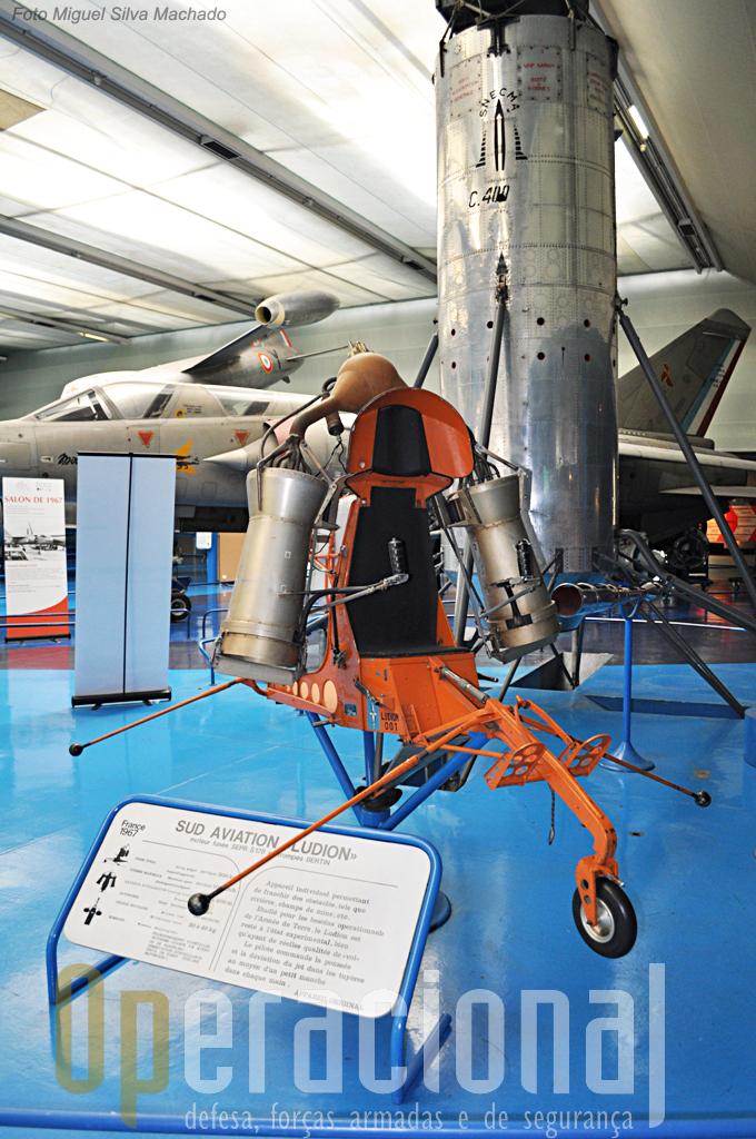 Sud Aviation Ludion (voou em 1968), plataforma experimental para transportar um homem e em fundo o S.N.E.C.M.A. C400 P-2 Atar Volant (voou em 1957).