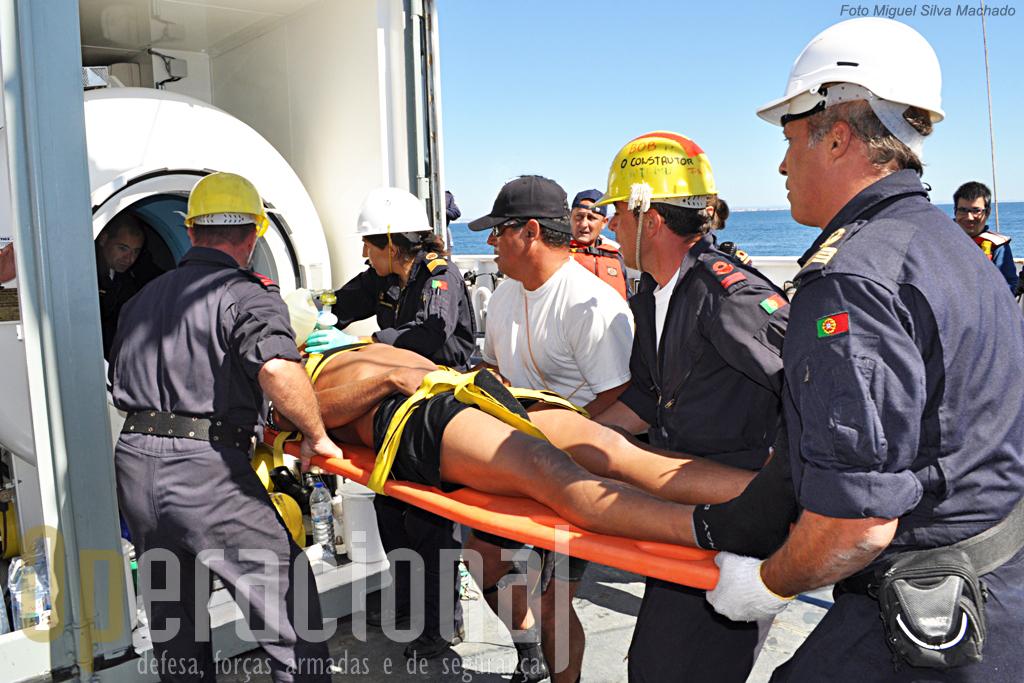 """Exercicio de emergência com mergulhador. Aqui o """"acidentado"""" a ser colocado na câmara hiperbárica contentorizada portuguesa (uma das duas a bordo). No dia anterior tinha sido a sério."""