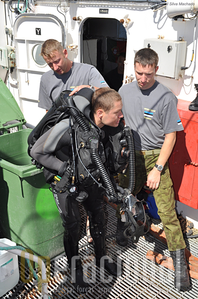 Mergulhador da Estónia terminou o seu mergulho.O equipamento é imediatamente colocado nos tanques de lavagem.